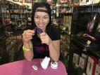Dominika testuje We-Vibe Sync v havířovské prodejně