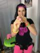 Dominika skúša pripínací penis