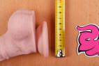 Dildo s přísavkou a varlaty Maxim (24 cm) – měříme