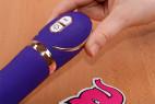 Vibrátor Front Row Purple – v ruke, detail ovládanie