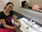 Dominika testuje We-Vibe Sync v koupelně