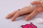 Spevňujúci krém na prsia - testerka rozotiera na ruku