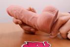 Silikónové dildo s prísavkou a semenníkmi (20cm) - dildo v ruke