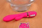 Vibrátor Raspberry Rabbit, s dvojitým silikonem před skleněnou nádobou