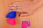 Menstruační kalíšky Fun Cup, Explore kit, vedle dlaně