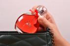 Parfém Obsessive Sexy – detail vkládání lahvičky do kabelky