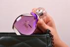 Parfém Obsessive Fun – detail vkládání lahvičky do kabelky