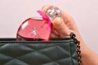 Parfém Obsessive Spicy – detail vkládání lahvičky do kabelky