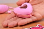 Bezdrátové vibrační vajíčko Pink Love, ovladač v ruce