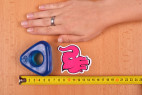 Erekčný krúžok Triangle Ring, vedľa ruky a metra erekčný krúžok Triangle Ring, rozmery - tmavo modrá