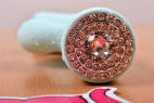 Vibrátor s výběžkem na klitoris Turquoise Diamond – detail na zapínání