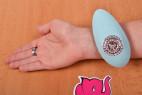 Masážní vibrátor Turquoise Diamond – na ruce