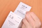 LELO Hex Original – vytahování kondomu z krabičky