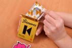 Primeros King Size – vytahování kondomu z krabičky