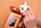 Primeros Safeguard - vyťahovanie kondómu z krabičky
