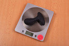 Vibrační anální kolík Pulsing Pleasure – vážíme kolík, stolní váha ukazuje 79 g