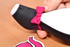 Satisfyer Pro Penguin – detail růžové mašle na pomůcce