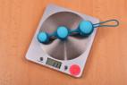 Venušiny kuličky Stellar Balls – vážíme kuličky, stolní váha ukazuje 111 g