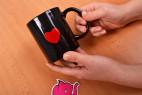 Žartovný hrnček I Love Sex - fotenie v ruke