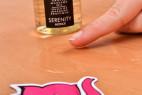 Shunga Serenity starý obal – masážní olej na stole, ukázka hustoty
