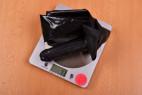 LateX kalhotky s dildem Glossy – vážíme pomůcku, stolní váha ukazuje 73 g