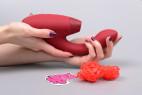 Womanizer Duo tlakový vibrátor na bod G, v ruce