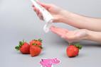 SUPERGLIDE jahodový lubrikačný gél Strawberry (75 ml), v ruke